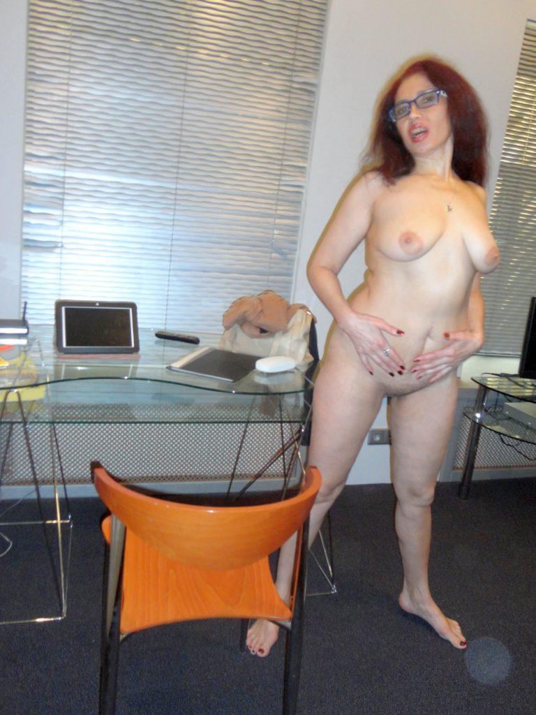 Nackt Milf mit großen Brustwarzen