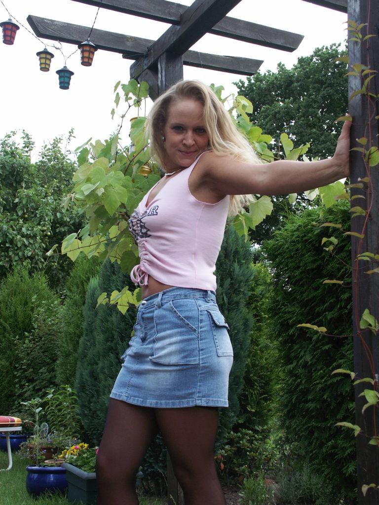 junge Blondine im Jeansrock