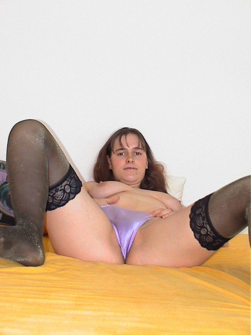 Brünette masturbiert